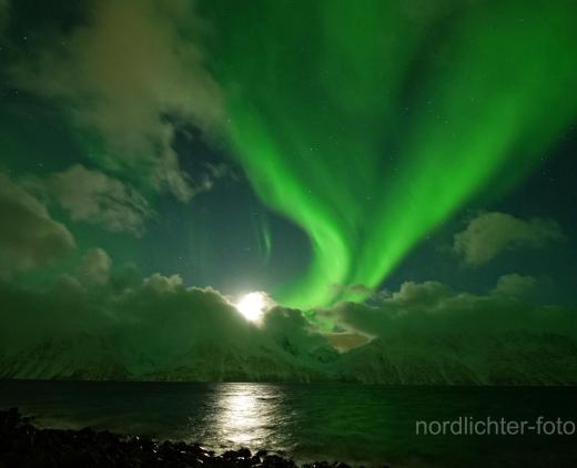 News Burst 5 Febbraio 2020 - Luna e le aurore hanno illuminato le Alpi Lyngyn vicino a Tromsø